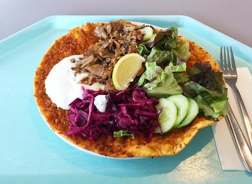 Lahmacun with kebap meat & salad / Lahmacun mit Dönerfleisch & Salat