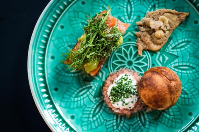 Gogoașă cu icre de pescar și smântână, somon Islandic afumat cu pâine de secară, chips de pui cu mayo afumat și praf de hiribi
