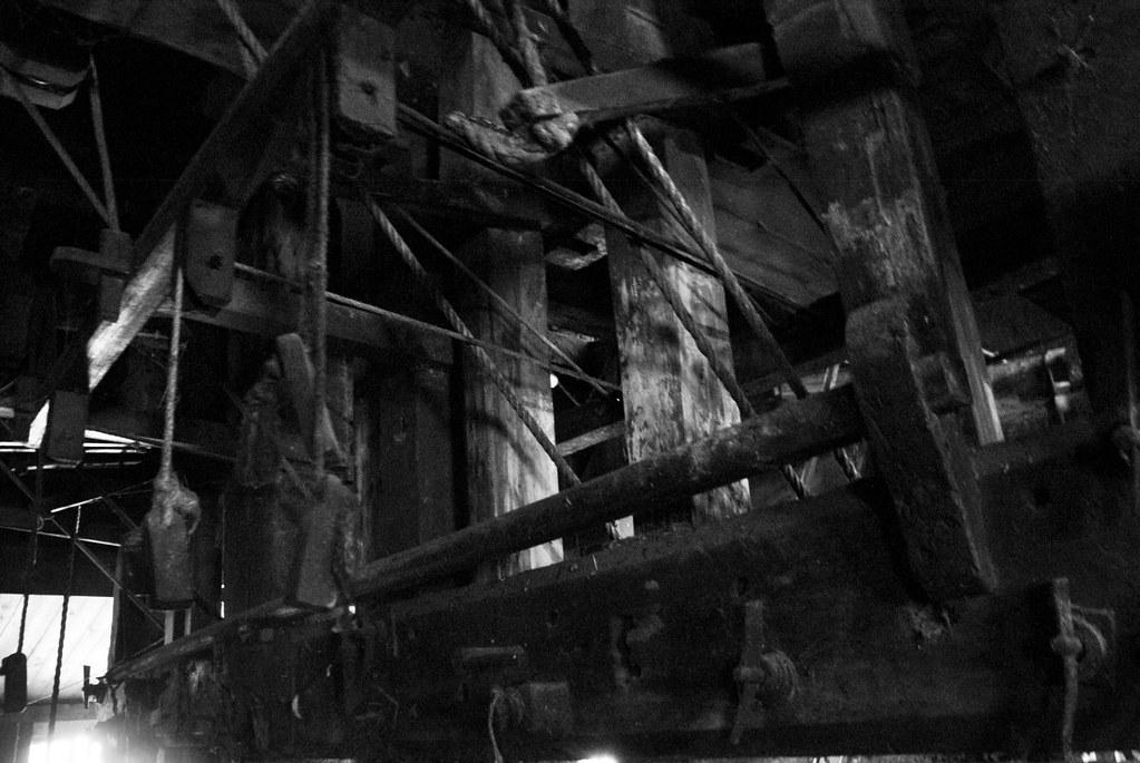 Les moulins sont des usines bruyantes et sombres où les ouvriers menaient une vie dure et monotone.