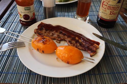 Bauchfleisch mit Barbecue Sauce und einem Spieß Gelbe Tomaten