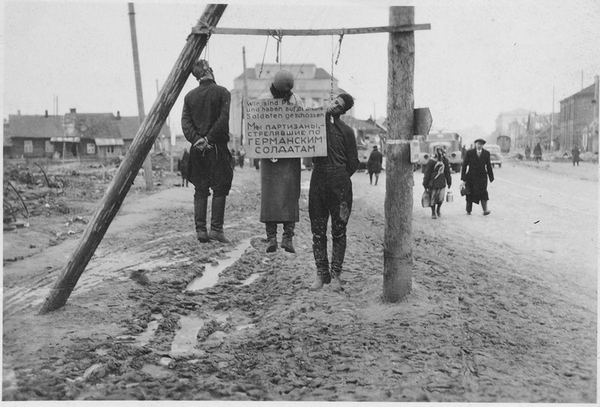 1941. Елена Островская и двое неизвестных мужчин, повешенные за связь с партизанами, на Комаровской площади в Минске