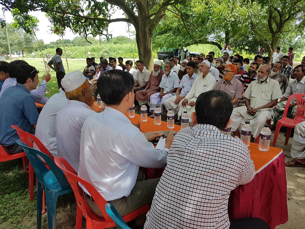 Cambodia delegation meets members of Khosal beel, a privately owned seasonal floodplain, in Mohanpur, Rajshahi, Bangladesh. Photo by Cecily Layzell, WorldFish.