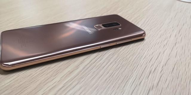 Sisi samping kiri Galaxy S9 Plus Sunrise Gold terdapat tombol Bixby dan volume (Liputan6.com/ Agustin Setyo W)