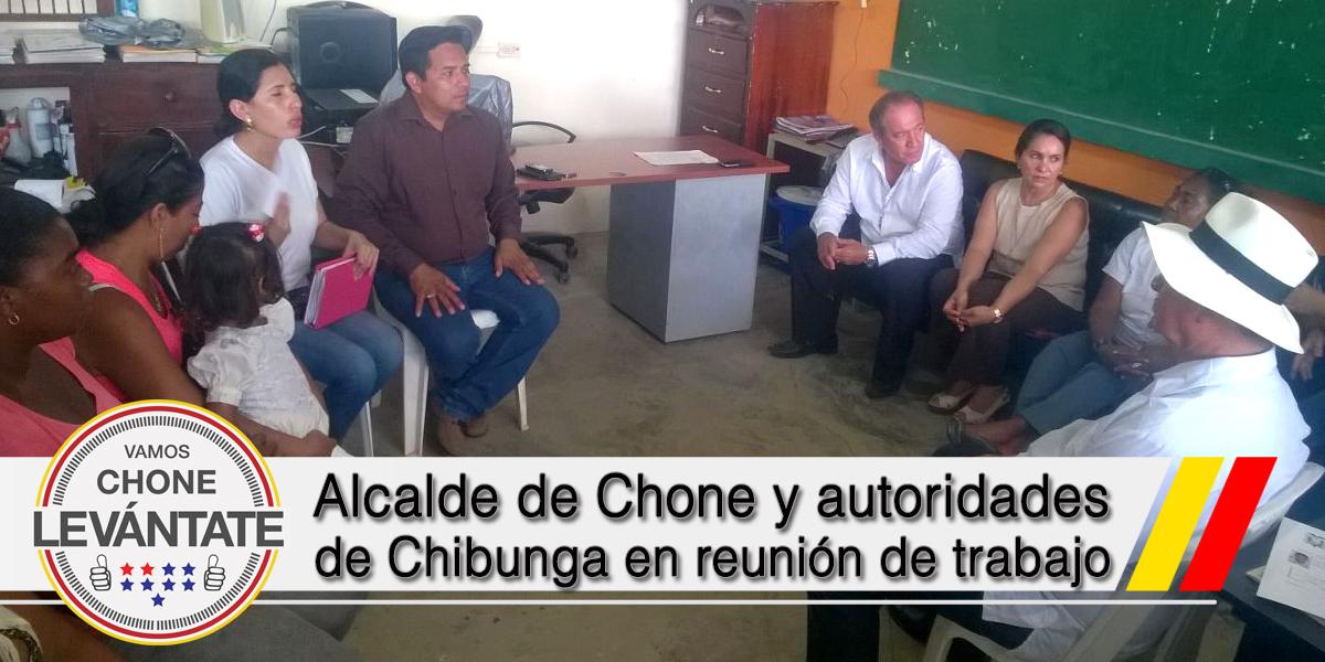 Alcalde de Chone y autoridades de Chibunga en reunión de trabajo