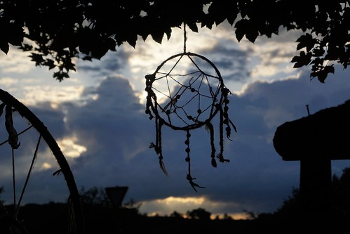 Sonnenuntergang hinter einem Traumfänger an der Friedenswiese vor dem Atomwaffenstützpunkt Büchel. Foto: Xanthe Hall