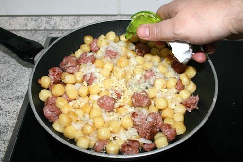 06 - Zwiebeln & Knoblauch hinzufügen / Add onion & garlic