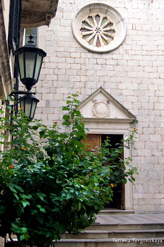 Центральный вход в церковь Св. Клары