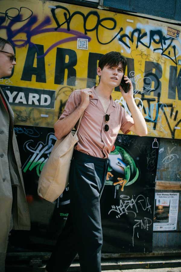 グレイッシュピンク半袖開衿シャツ×チャコールグレースラックス