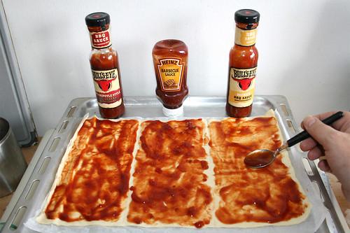 13 - Pizzateig mit BBQ-Sauce bestreichen / Spread pizza dough with BBQ sauce