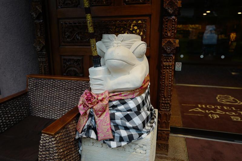 HOTEL SPA ANDA RESORT伊豆高原本館エントランス前のかえるの置物