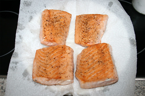 27 - Lachs auf Küchenkrepp abtropfen lassen / Let salmon drain on kitchen paper