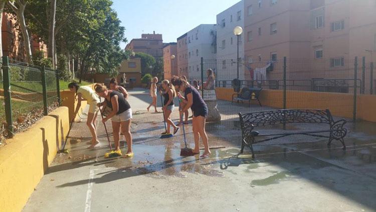 20180714-Vecinos Los Toreros baldean su plaza3
