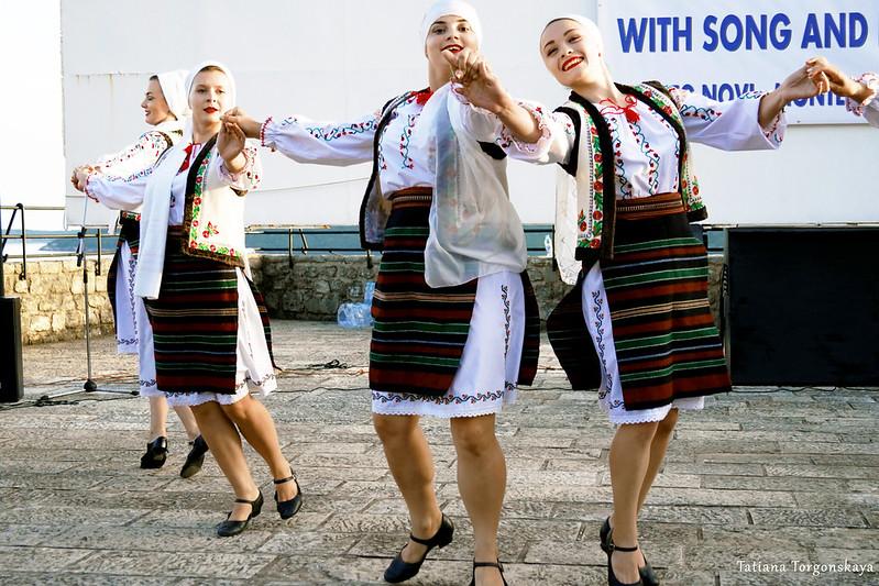 """Девушки из  фольклорной группы """"Izvoras"""""""