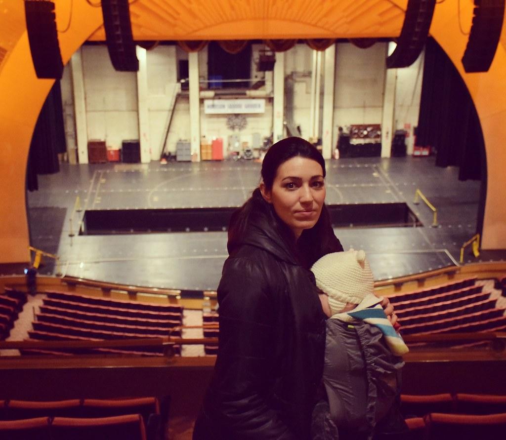 Visitando el Radio City Music Hall (Nueva York). ¿Que no se puede acceder con carrito? Pues sacamos la mochila del bolso y listo