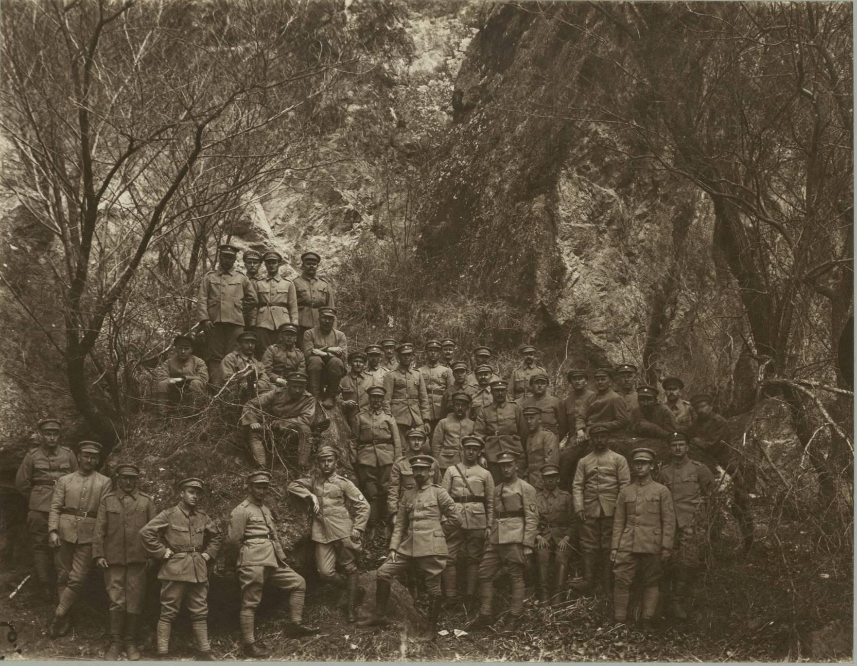 Группа солдат на холме в Маньчжурии