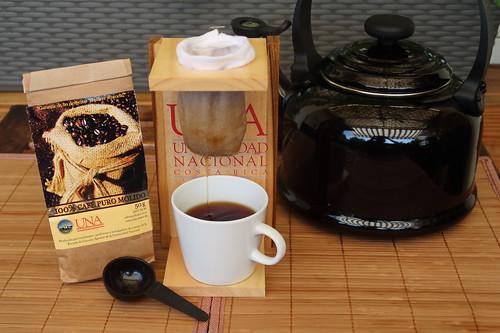 Kaffeezubereitung mit Kaffeefilter und Kaffeepulver von der Escuela de Ciencias Argrarias der Universidad Nacional Costa Rica