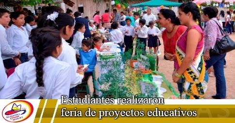 Estudiantes realizaron feria de proyectos educativos