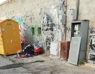 Il cassonetto dei vestiti e la cabina Enel