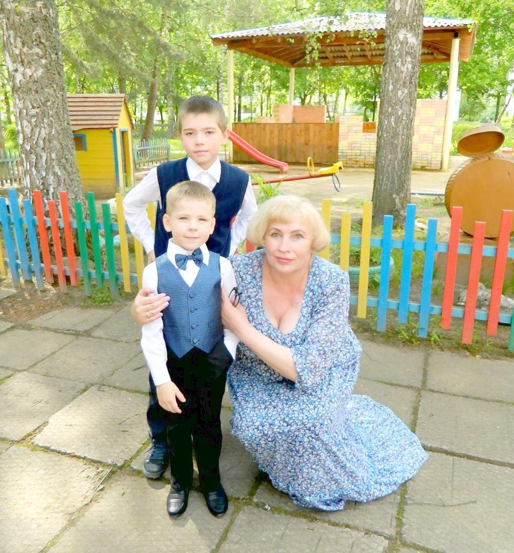 Матвеенковы Иван и Никита с воспитателем Ольгой Николаевной