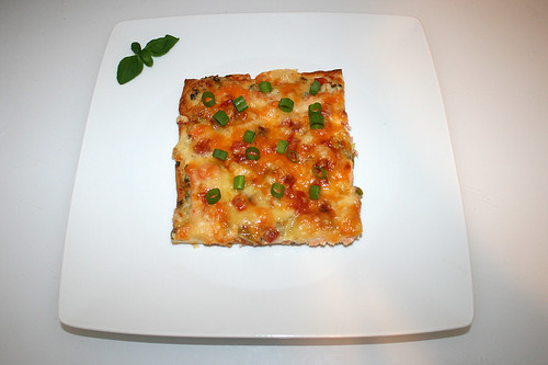 10 - Smoked salmon shrimp pizza with ranch dressing - Served / Räucherlachs-Krabben-Pizza mit Ranch Dressing - Serviert