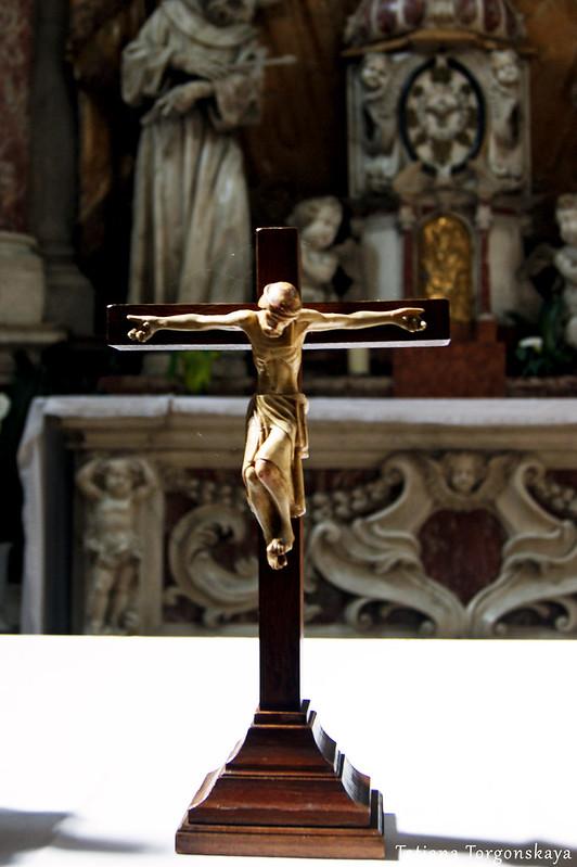 Распятие в интерьере церкви Св. Клары