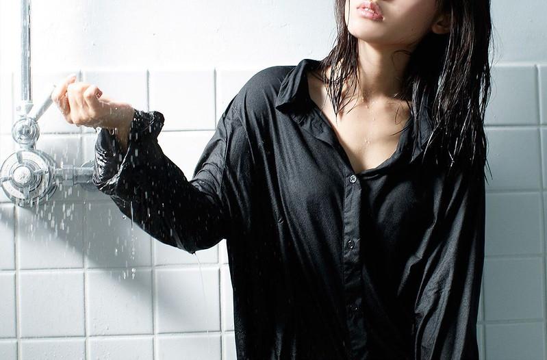 シャワーを浴びる逢田梨香子