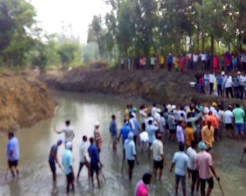 पाँव धोई नदी की सफाई करते लोग