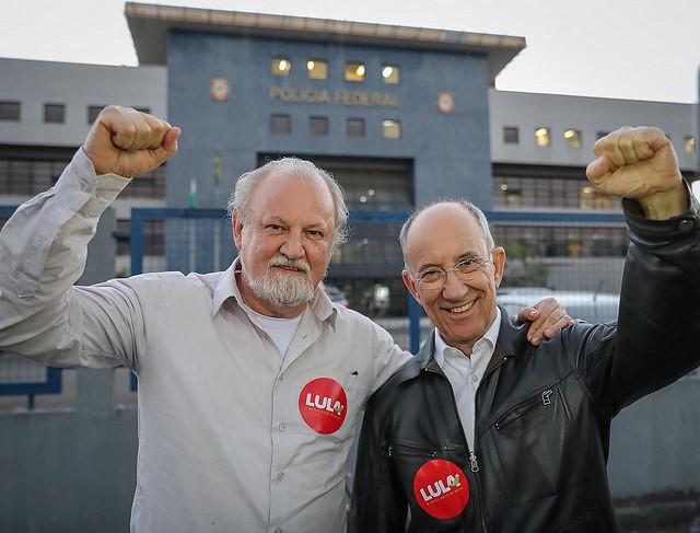 João Pedro Stedile y Rui Falcão en frente a la Superintendencia de la PF en la ciudad de Curitiba - Créditos: Ricardo Stuckert