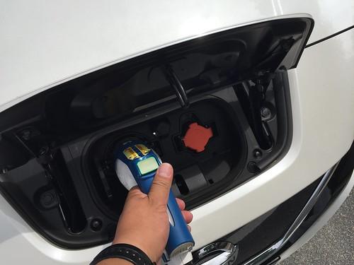急速充電ポートに充電コネクタを刺します。(右のオレンジの蓋は普通充電ポート)