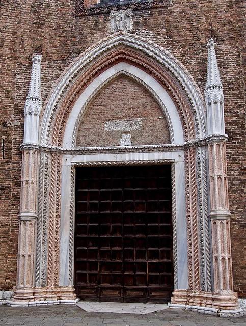 Venise - Entrée latérale de l'église S.Maria Gloriosa dei Frari.