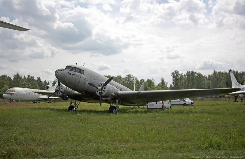 Военно-транспортный самолёт Ли-2Т.
