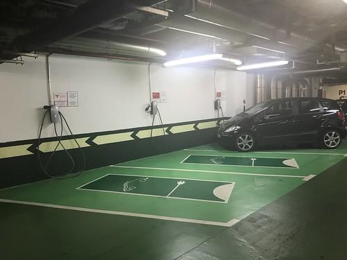 Mercedes térmico ocupando una plaza reservada para Tesla en El Corte Inglés de Bilbao