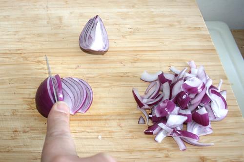 07 - Zwiebel in Spalten schneiden / Cut onion in half rings