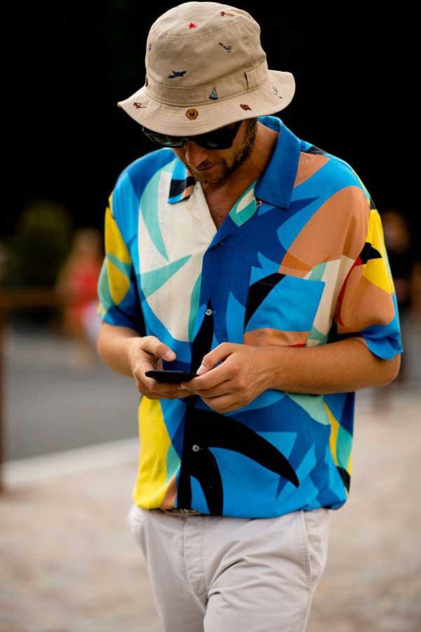 ベージュハット×青系半袖柄シャツ×白パンツ