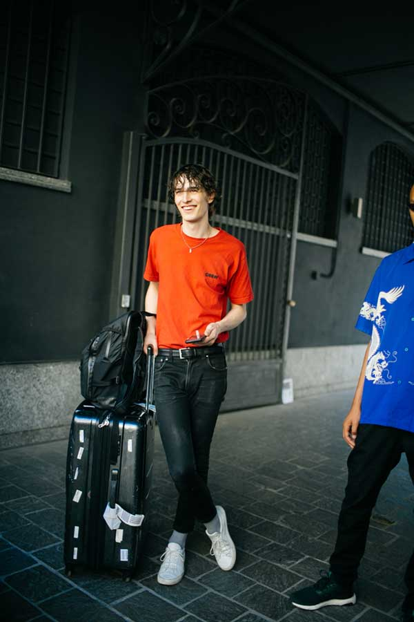 オレンジTシャツ×ブラックジーンズ×白ローカットスニーカー