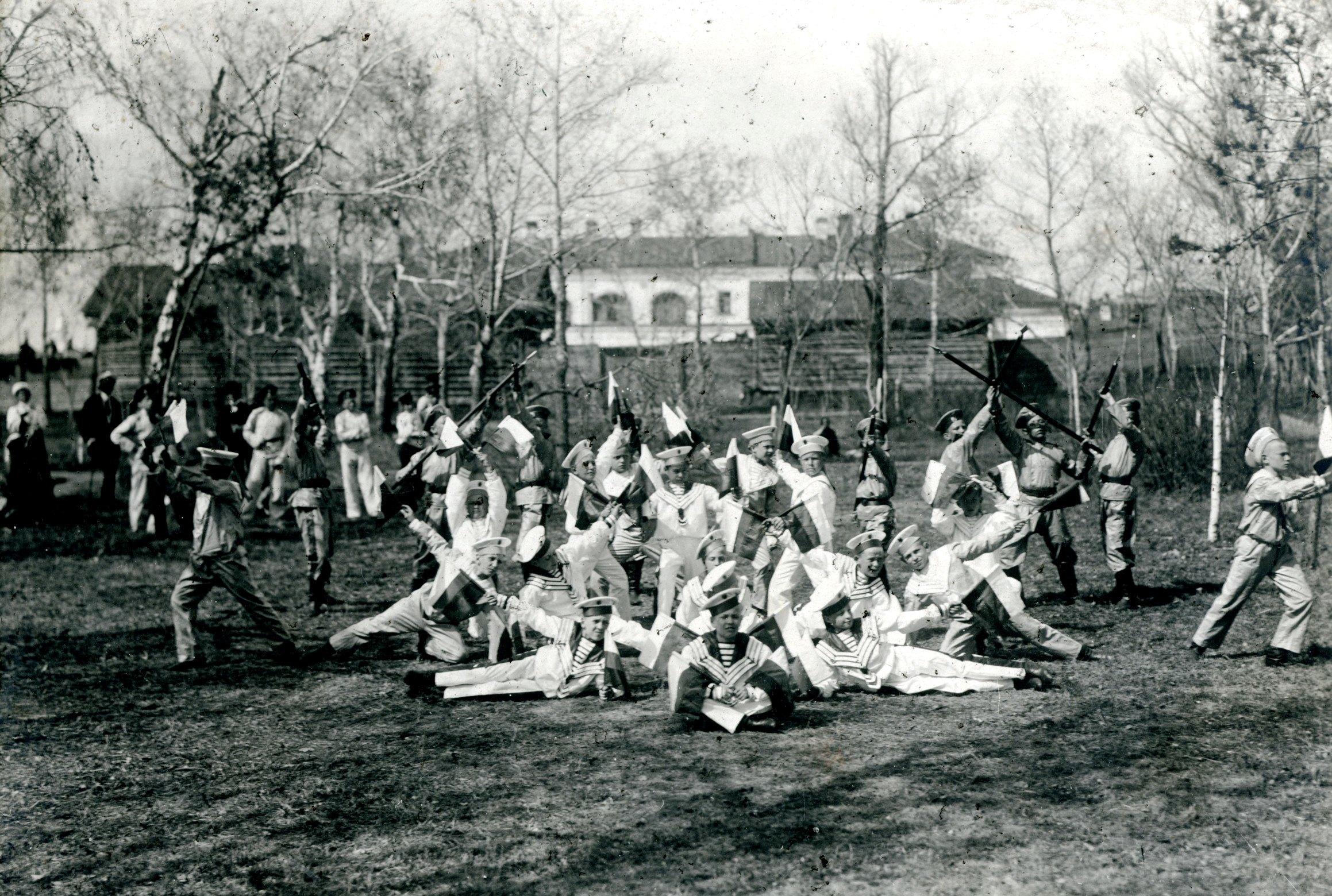 Выступление кадет младшей роты на гимнастическом празднике. Май 1913