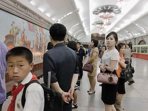 在地鐵站內等車的北韓人民