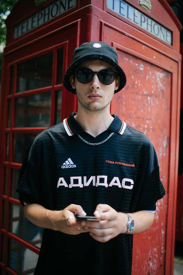 黒ハット×黒サッカーシャツ
