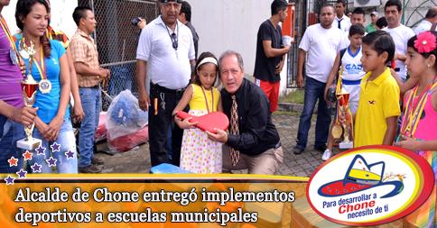 Alcalde de Chone entregó implementos deportivos a escuelas municipales