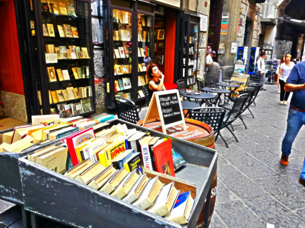 Bar à vin et librarie Libreria Berisio dans le Vieux Naples. Photo Libreria Berisio