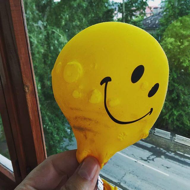 Зомби-шарик сдулся окончательно, покрылся какими-то струпьями или бородавками, но всё равно продолжает улыбаться своей нарисованной улыбкой. Оптимист.