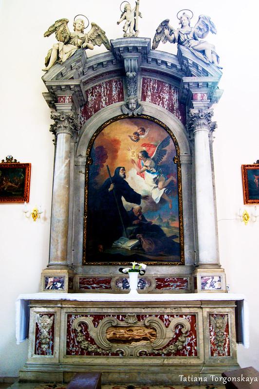 Алтарь в церкви Св. Клары