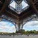 4. Parte baja de la torre Eiffel donde se hacen las colas para subir