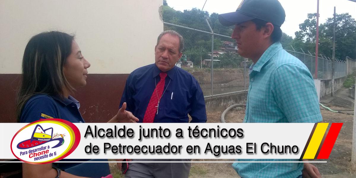 Alcalde junto a técnicos de Petroecuador en Aguas El Chuno
