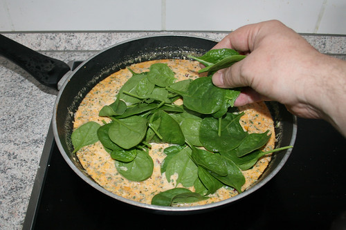 41 - Blattspinat in Pfanne geben / Put leaf spinach in pan