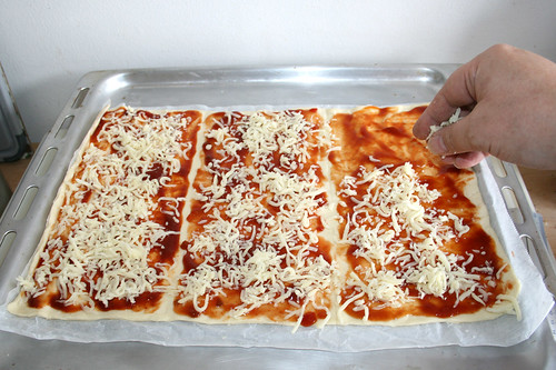 14 - Mit Mozzarella bestreuen / Dredge with mozzarella