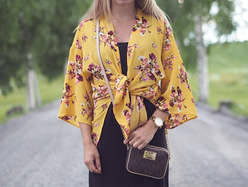 keltainen kimono kukkakimono