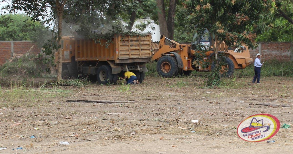Maquinarias municipales adecúan terreno en ULEAM Chone