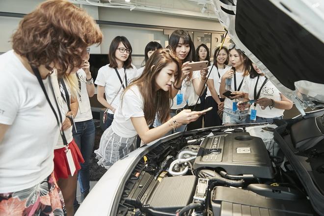 「She's Mercedes」是Mercedes-Benz對於女性角色的精彩演繹,活動中帶領女性車主瞭解車輛。