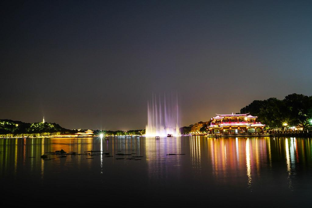 西湖水舞夜景